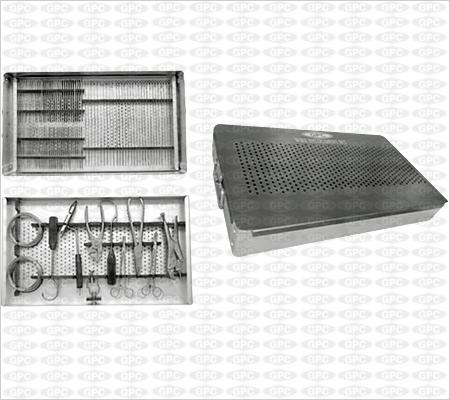 Boîte d'instruments pour les fils métalliques.